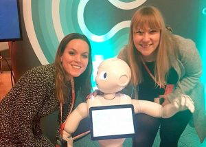 Linn Therese Holsen og Silje Stenkløv på Social Media Days 2017 med roboten Pepper